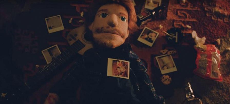 """Ed Sheeran volta a ser marionete em novo clipe """"Happier"""" e sofre por amor perdido"""