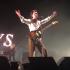 """Arctic Monkeys toca música nova """"Batphone"""" ao vivo pela primeira vez"""