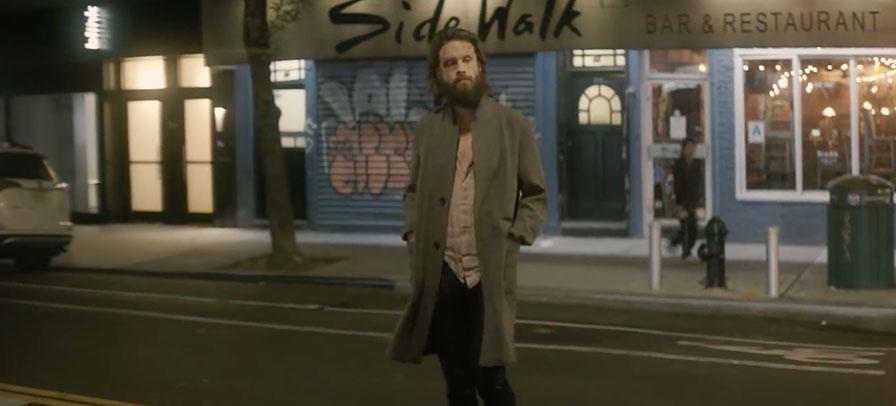 """Father John Misty passeia pelas ruas de Manhattan em novo clipe """"God's Favorite Customer"""""""