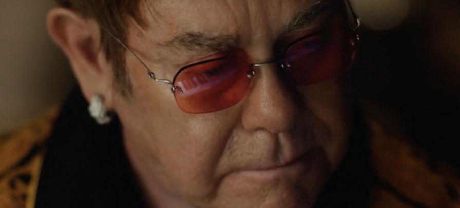 Elton John estrela comercial de Natal e emociona
