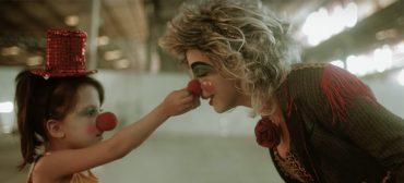 """Plutão Já Foi Planeta: palhaço busca felicidade em clipe de """"Me Leve"""""""