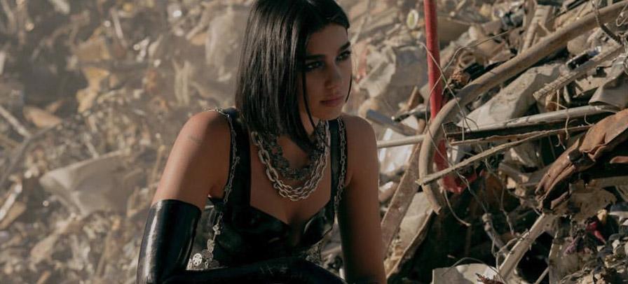 """Dua Lipa é uma guerreira futurista em novo clipe de """"Swan Song"""""""
