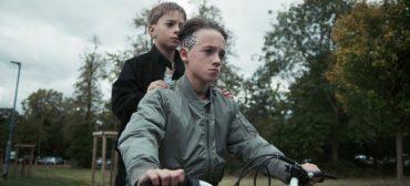 """Slaves relembra infância em clipe de """"Photo Opportunity"""""""