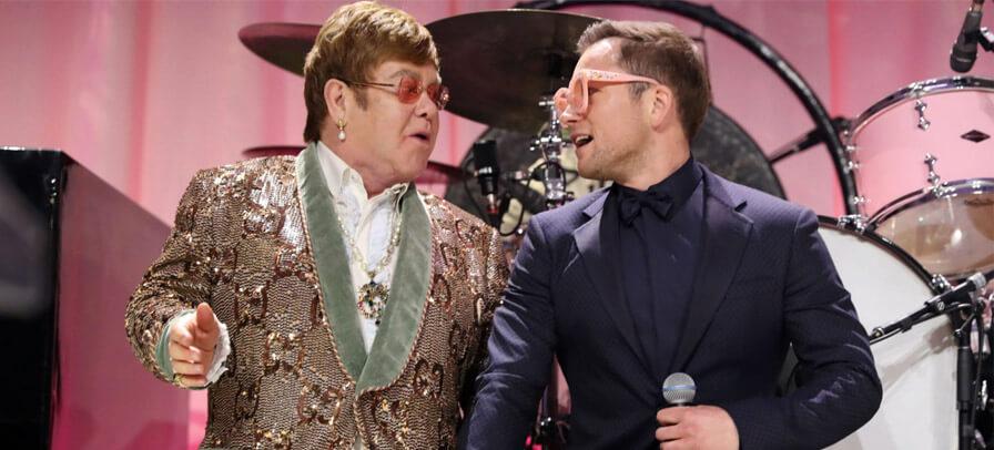 """Taron Egerton, estrela de Rocketman, e Elton John cantam """"Tiny Dancer"""" juntos; assista aqui"""