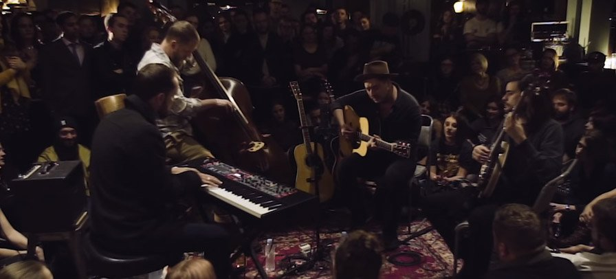 "Mumford and Sons divulga vídeo ao vivo e acústico de ""Beloved"" em pub londrino"